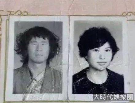 「媽,你當年咋看上我爸的?」網友晒爸媽結婚照,笑抽了!