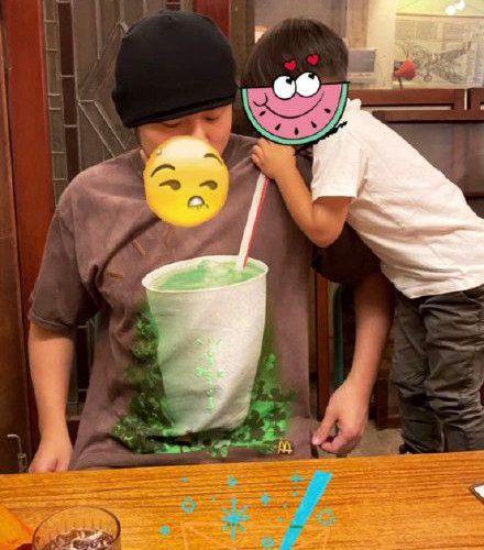 奶茶父子!周杰倫兒子小小周喝「大號奶茶」