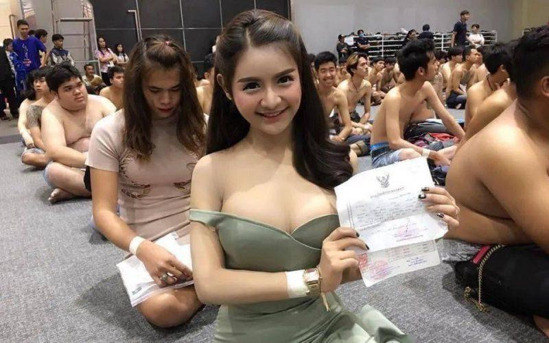 泰國徵兵訓練現場「美女如雲」,爭奇鬥豔,和尚也撐不住了