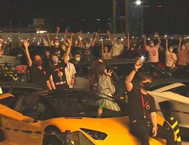 48歲鄭中基演唱會變車展,老婆在旁助陣加油