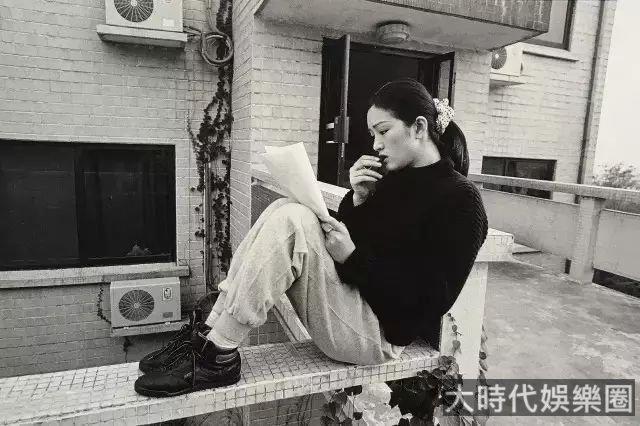 20歲的鞏俐,30歲的姜文,你從沒見過的100個大咖青澀照,被他拍出一個黃金時代