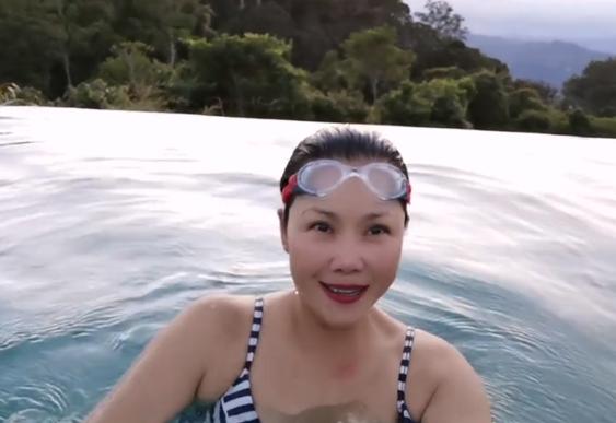 田震在山頂露天游泳,穿泳衣打扮清涼皮膚白皙
