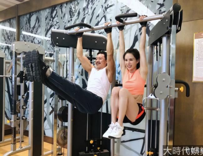 李若彤與張豐毅炫肌肉,兩人搭檔健身顯默契