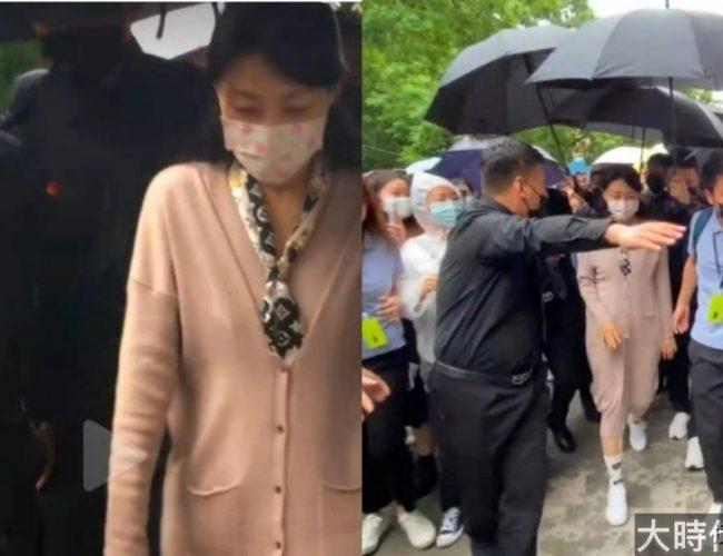 53歲周濤素顏現身活動,數十位保鏢雨中開路
