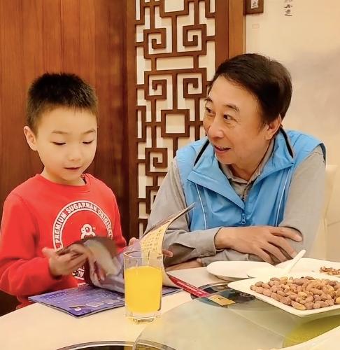 馮鞏與孫子拍段子,「奶奶」身份引熱議