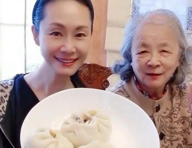 56歲於文華帶84歲婆婆吃早餐, 二婚網戀嫁音樂家