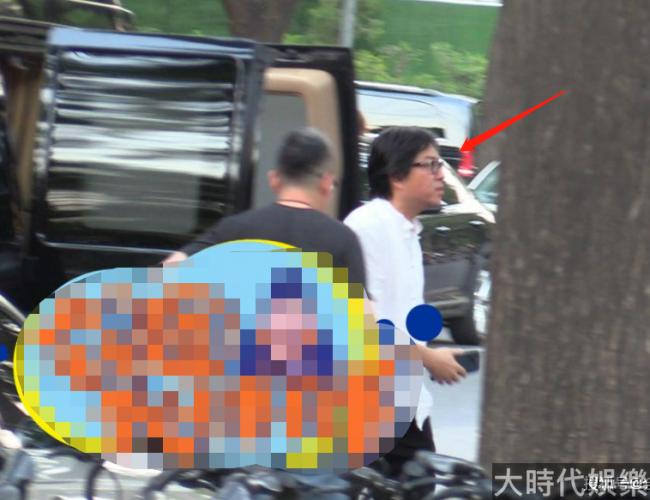 51歲高曉松聚餐抽煙被拍 暴瘦30斤下巴溜尖