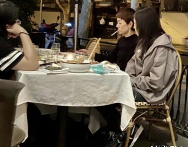 馬伊琍聚會猛抽菸,孩子就坐在她旁邊