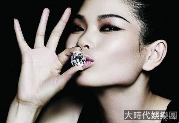 中國「最丑」超模呂燕,嫁入法國豪門,7歲混血兒子顏值高