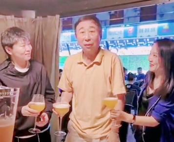 63歲馮鞏街邊吃飯被偶遇!遭美女粉絲圍著敬酒,不服老一口乾完