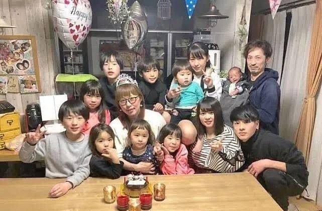 日本夫妻連生13個娃,每天凌晨2點睡4點起,網友:聽著我已經窒息了….
