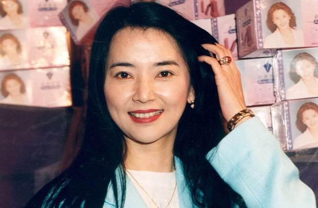 61歲鍾楚紅和63歲胡慧中比美,不老女神和64歲的林青霞一樣漂亮