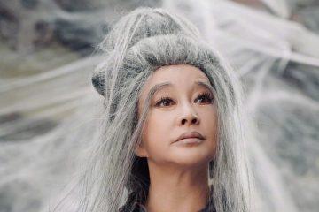 68 歲劉曉慶近照,「白發魔女」造型太搶鏡